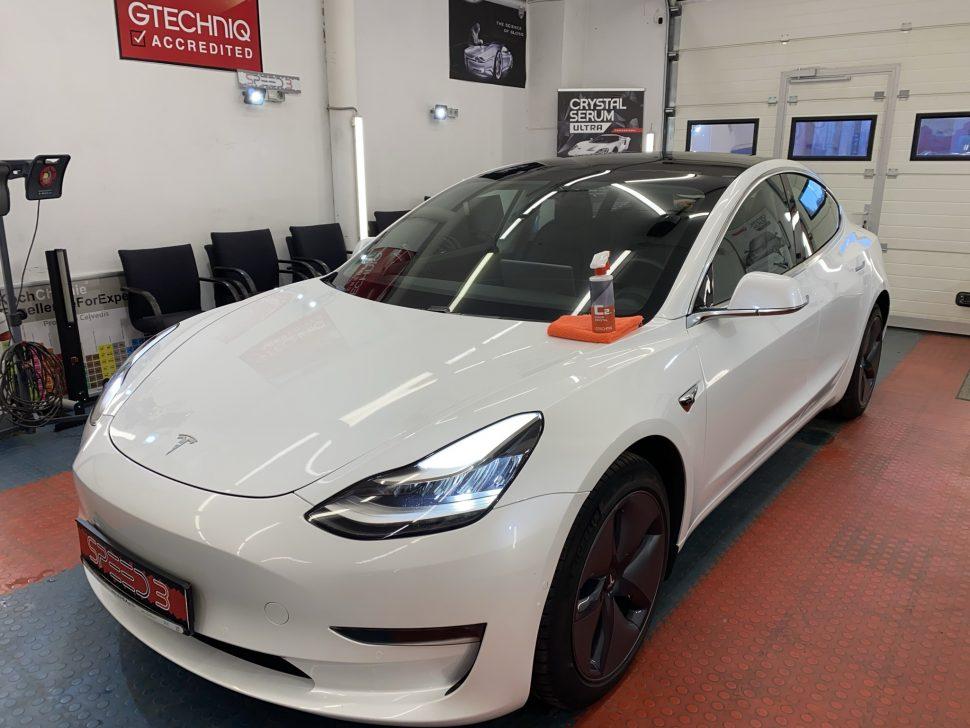 Tesla Model 3 atmazgāta no kaitīgiem aplikumiem, nokrāsots aizsargstienis, aplīmēti sliekšņi ar PPF aizsargplēvi, virsbūve apstrādāta ar Gtechniq C2 aizsargpārklājumu.